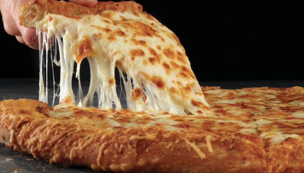 La pizza con extra queso es uno de los ingredientes más comunes.