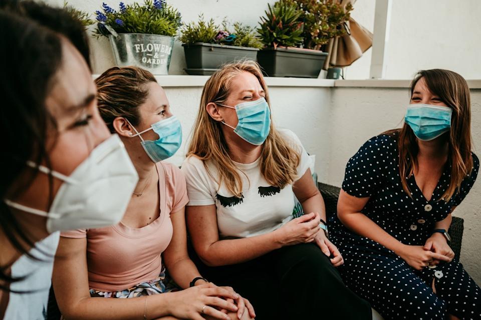 Puedes salir con amigos durante la pandemia con las medidas pertinentes.