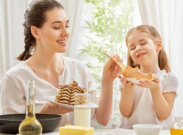 Madre he hija desayunando