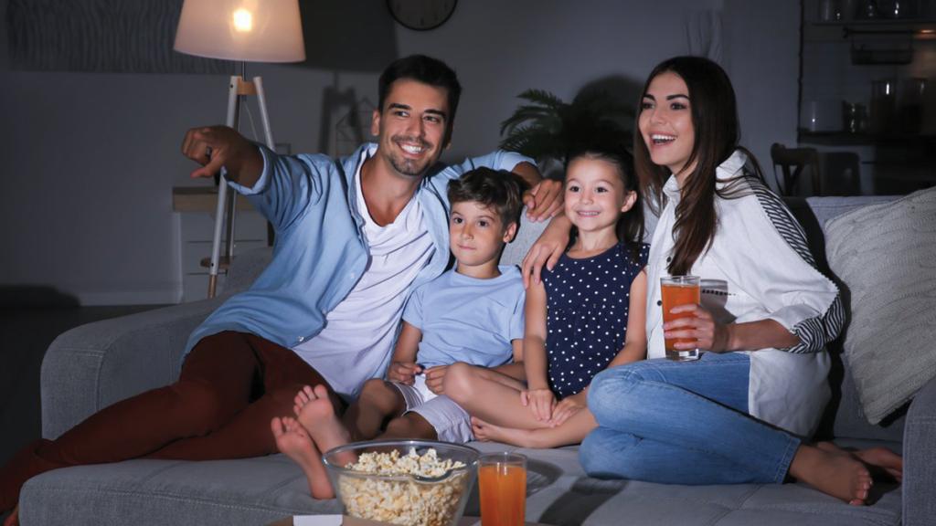 familia viendo película
