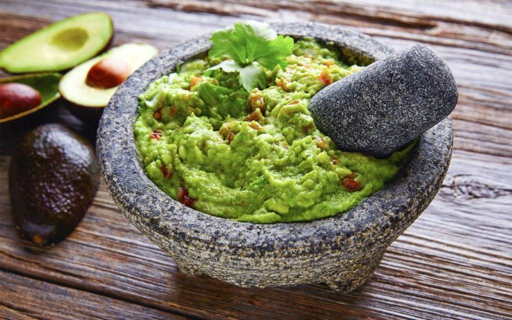 molcajete con guacamole
