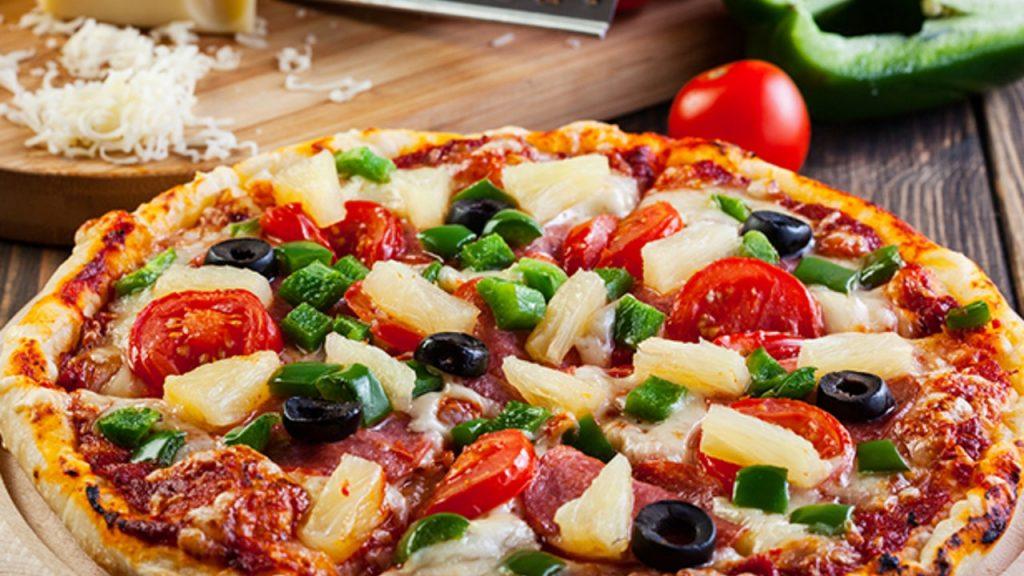 pizza con tomate y aceitunas