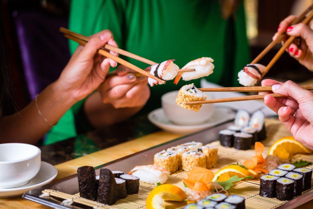 amigos comiendo sushi